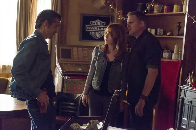 Raylan talks with Wendy and Daryl Crowe